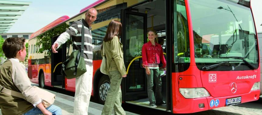 eine Familie steigt in einen Bus